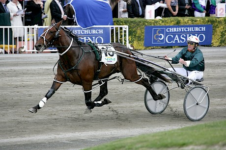 Sir Lincoln in full flight winning the Sires' Stakes Final at Addington